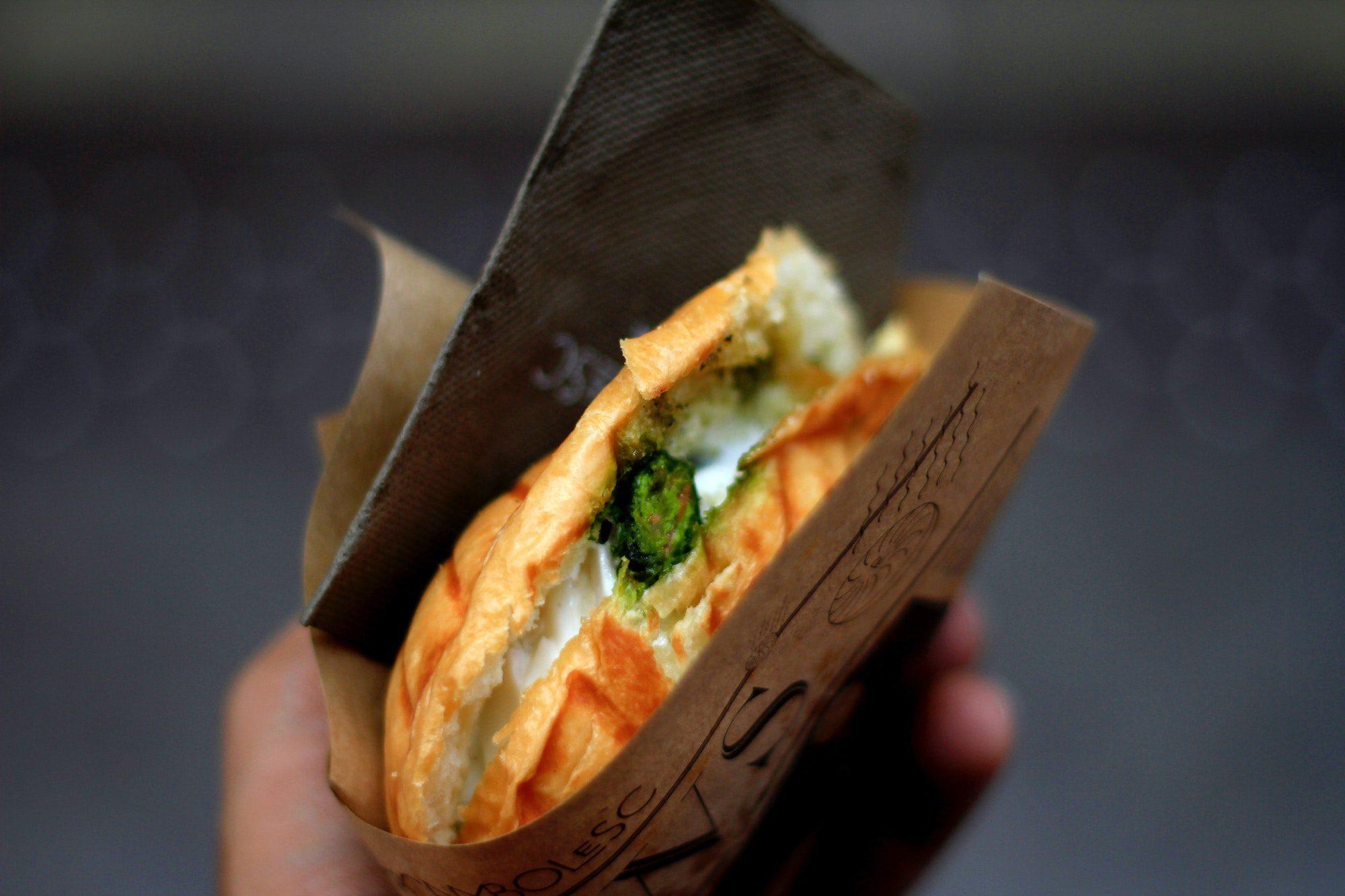Den klassiske panini med kylling, mozzarella og pesto