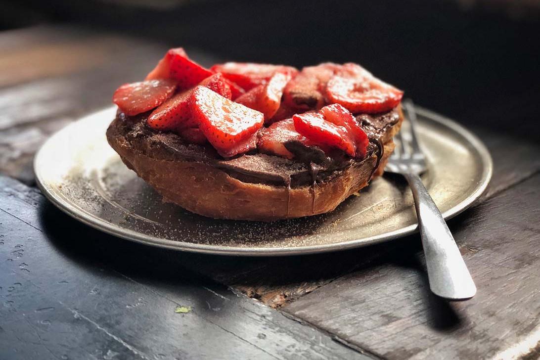 Dessert panini med brie, chokolade og jordbær