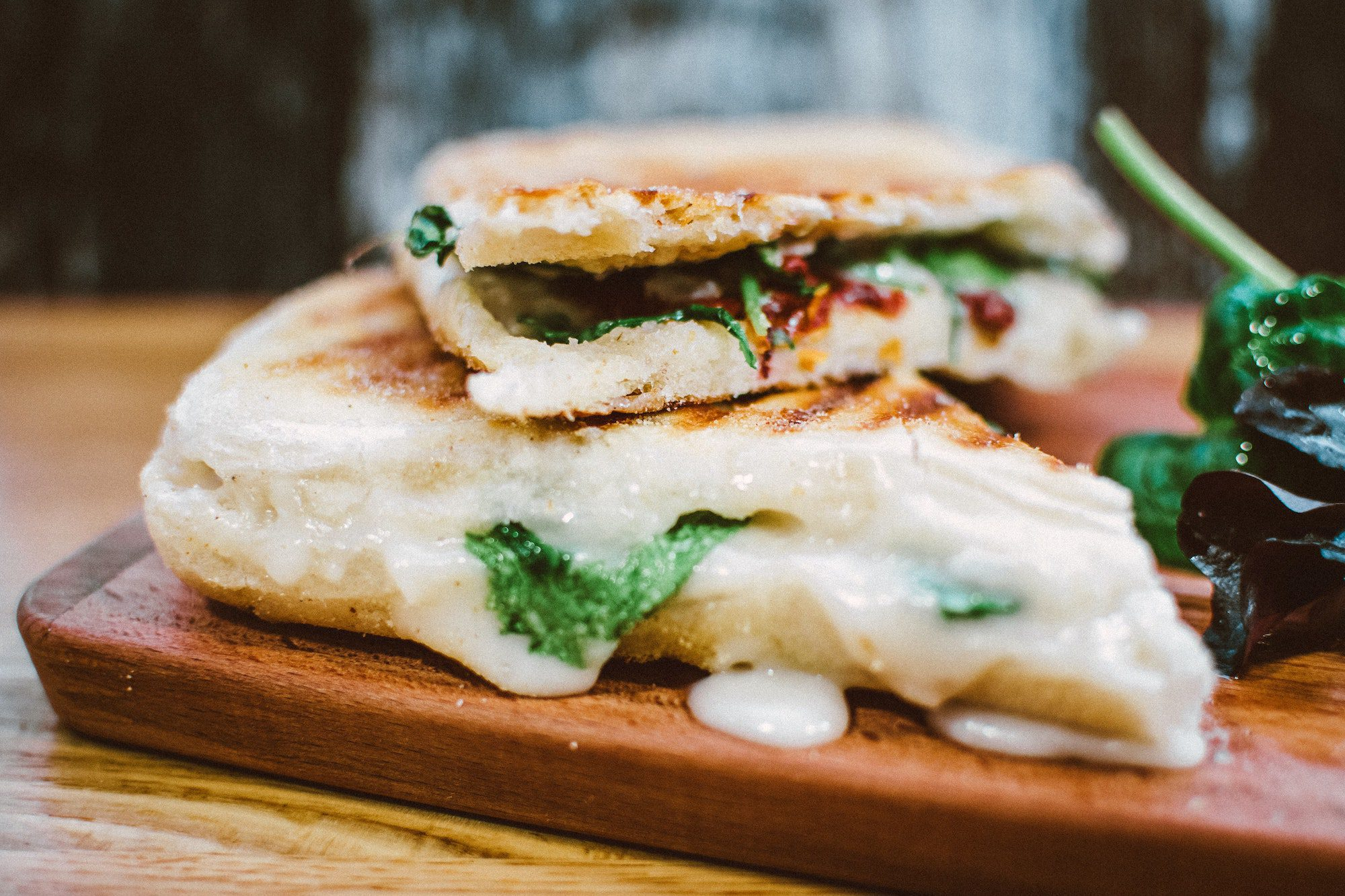 Panini med kalkun, grønkål, pesto og mozzarella